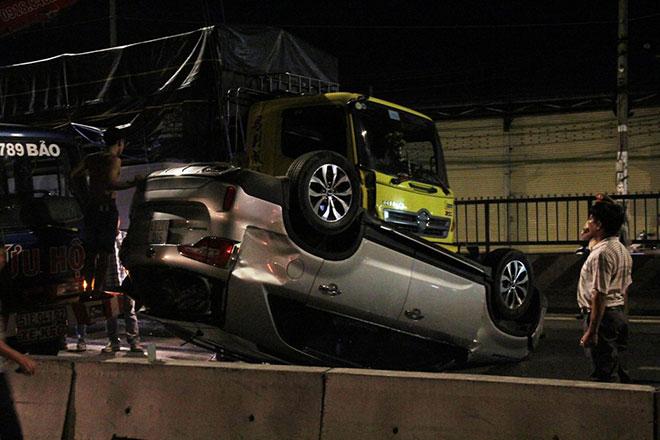 Nhiều người gào khóc trong ô tô 7 chỗ lật ngửa trên quốc lộ - 1