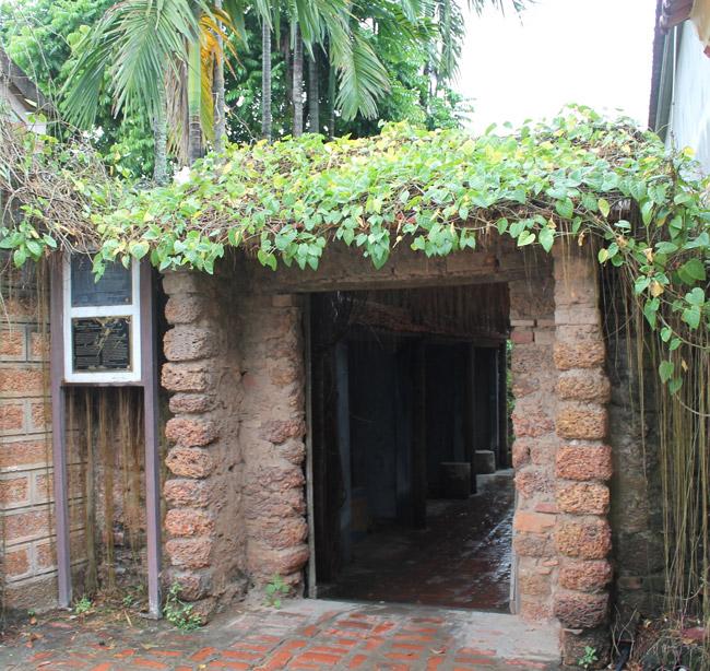 Trải qua 12 đời con, cháu nối dõi, ngôi nhà cổ đã có niên đại khoảng 400 năm đang thuộc quyền sở hữu của ông Nguyễn Văn Hùng (Đường Lâm - Sơn Tây - Hà Nội).Ngay từ khi bước vào, chiếc cổng gợi nhớ đến một thời xa xưa, cổ kính với cánh cửa gỗ, tường đá ong.