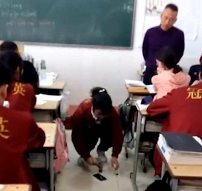 Phát hiện học sinh dùng điện thoại, thầy giáo yêu cầu đập nát ngay giữa lớp - 1