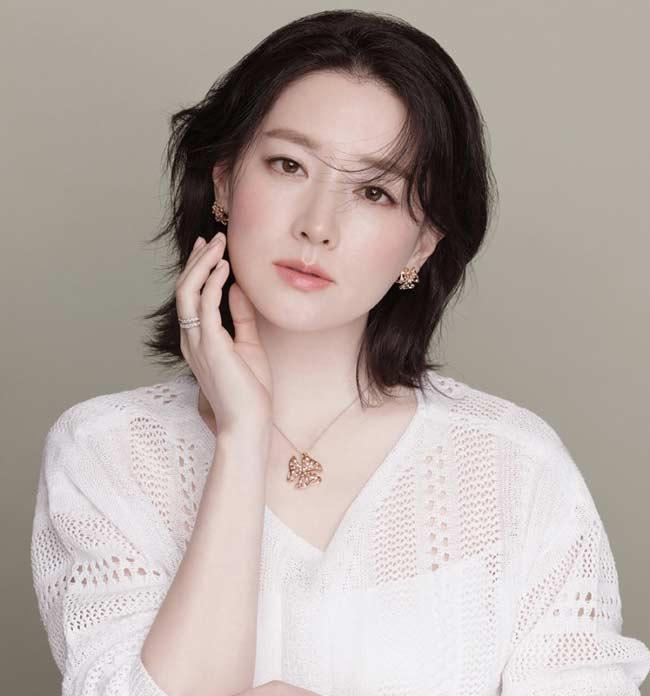 """""""Quý bà oxi"""" Lee Young Ae dùng con lăn để trẻ mãi không già - 1"""