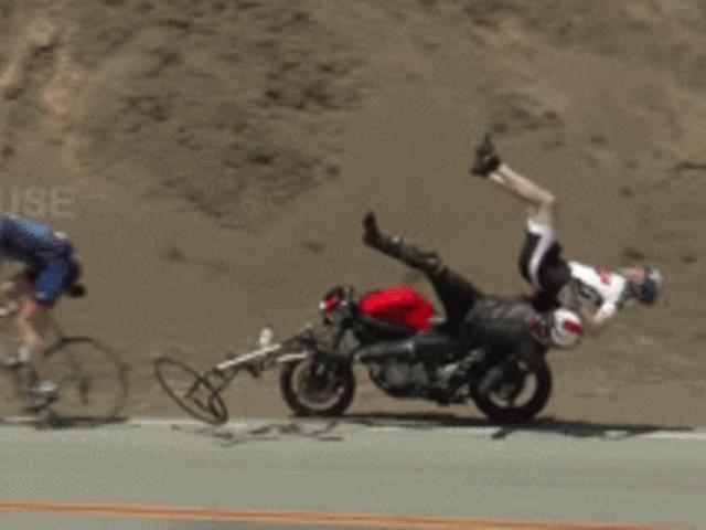 """SỐC: """"Quỷ đỏ"""" Ducati hất lái xe đạp lộn vòng, bánh xe văng ra"""