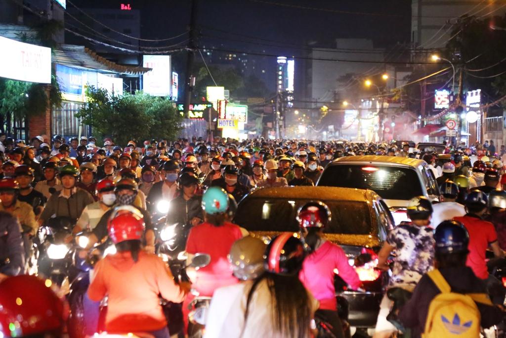 """Ngập nước, kẹt xe kinh hoàng, người Sài Gòn như """"hóa điên"""" - 1"""