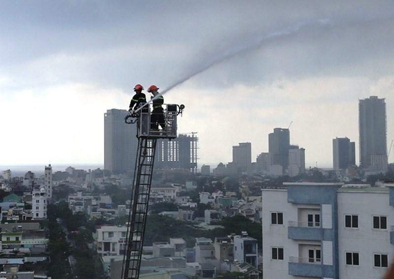 Sau tiếng nổ, khói bốc lên trong căn hộ chung cư - 1
