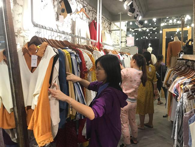 Những ngày đầu không khí lạnh tràn về, các cửa hàng bán quần áo dọc các tuyến phố Lê Quang Đạo, Cầu Giấy, Hồ Tùng Mậu, Xuân Thủy, Trần Thái Tông… đều đông khách. Họ chen chúc nhau để lựa chọn đồ ấm phù hợp.