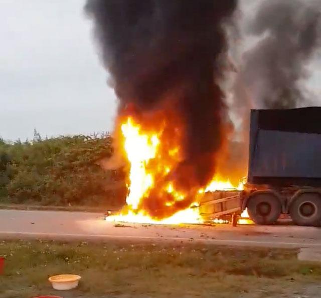 Container bốc cháy dữ dội, tài xế thoát chết sau tiếng nổ - 1