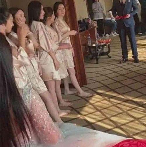 """Dàn phù dâu mặc áo choàng tắm mong manh """"gây sốt"""" mạng TQ - 1"""