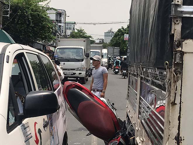 Sốc với hiện trường vụ tai nạn xe máy bị kẹp giữa 2 ô tô - 1