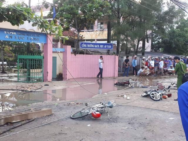 Dây điện trung thế đứt trước cổng trường, 6 học sinh thương vong