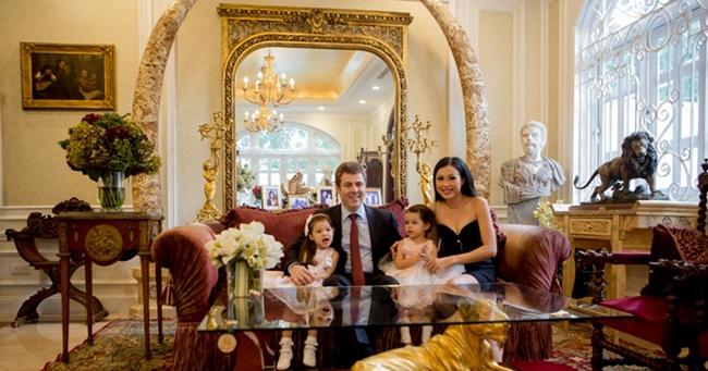 """Ngô Mỹ Uyên - Hoa hậu Điện ảnh 1994 nổi tiếng với biệt danh """"Hoa hậu giàu nhất Việt Nam"""" khi sở hữu căn biệt thự dát vàng có giá trị gần 300 tỷ đồng. Tuy nhiên, vì định cư ở Ý nên cô đã bán vào đầu năm 2017. Hiện tại, gia đình Ngô Mỹ Uyên sinh sống tại căn biệt thự rộng hàng nghìn mét vuông ở khu Thảo Điền, quận 2, Tp. Hồ Chí Minh."""