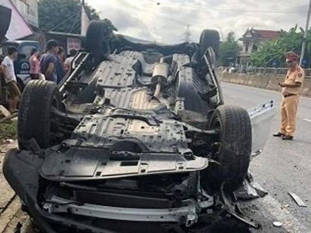 Ô tô lật ngửa, vợ một phó giám đốc sở tử vong