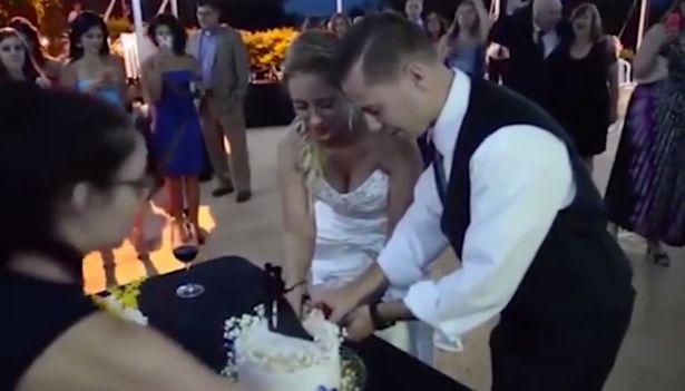"""Chú rể """"hạ gục"""" cô dâu ngã ngửa tại lễ cưới - 1"""