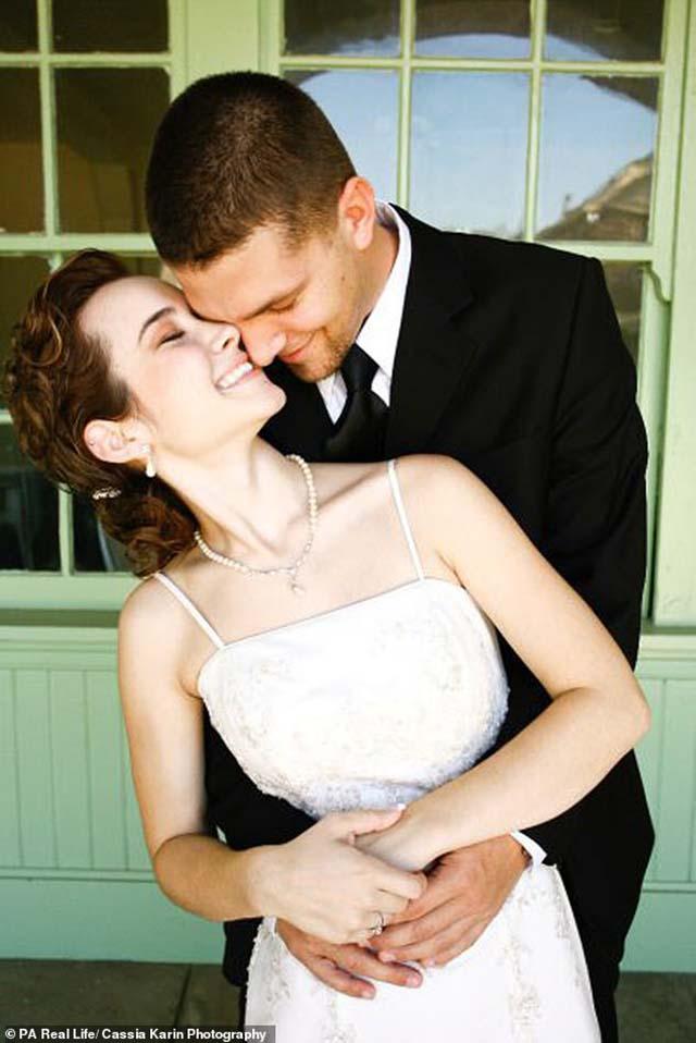Cặp đôi không thể động phòng và phải chờ đợi đến 6 năm chỉ vì căn bệnh khó nói - 1