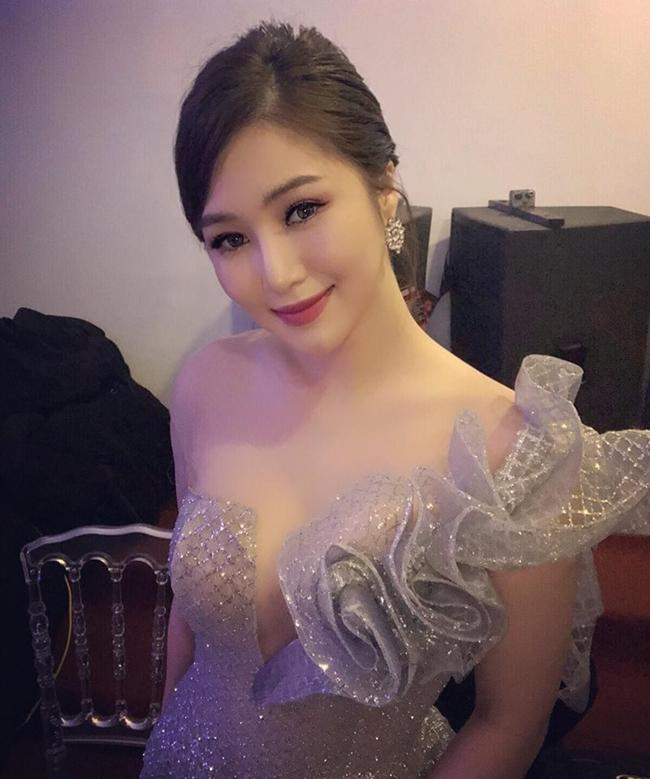 Hương Tràm lột xác với phong cách sexy, khá già dặn so với tuổi thật sau 6 năm đi hát để phù hợp với dòng nhạc mà cô theo đuổi.