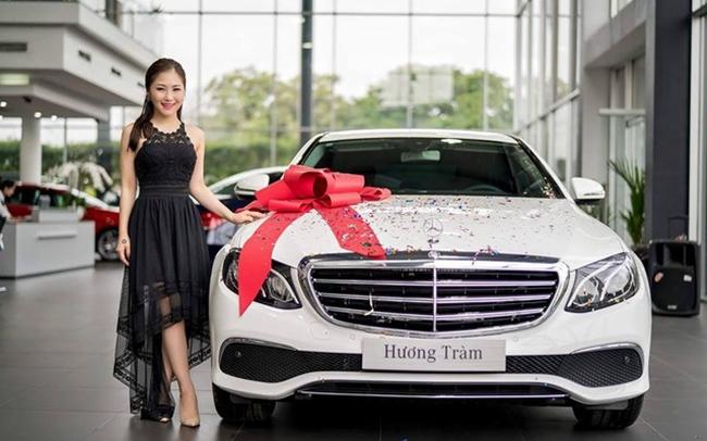 Đầu năm 2017, Hương Tràm lên đời với chiếc xế sang Mercedes giá 2,1 tỷ. Khi đó cô vừa bước sang tuổi 22. Trước đó, năm 18 tuổi, nữ ca sĩ đã mua được xe riêng với giá gần 1 tỷ đồng.
