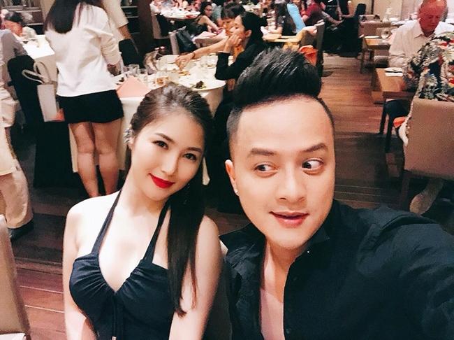 Cô thường xuyên đi đi về về giữa Mỹ và Việt Nam để phục vụ khán giả. Ảnh: Hương Tràm khiến Cao Thái Sơn nhìn không chớp mắt vì ăn mặc gợi cảm khi cùng tham gia một sự kiện.