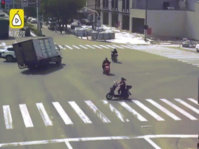 Thót tim cảnh người đi xe máy thoát bánh xe tải trong tích tắc