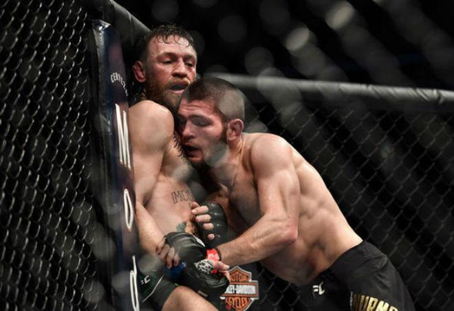 Lộ mưu hèn kế bẩn: Trùm UFC lừa Khabib vào xe bus cho McGregor đập phá - 1