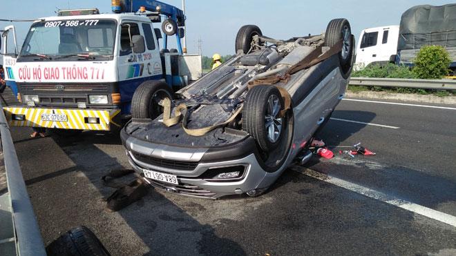 Nhiều người khóc gào trong ô tô lật ngửa trên cao tốc sau va chạm - 1