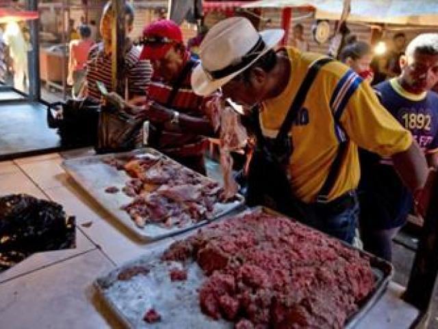 Khủng hoảng kinh tế trầm trọng, người dân nước này phải mua cả thịt thối về ăn