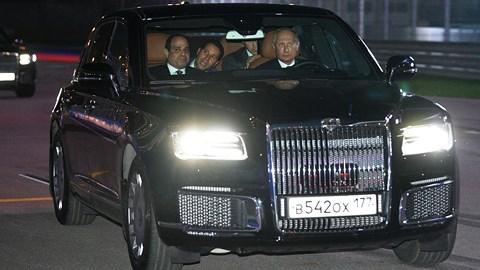 Ông Putin đích thân lái xe chở Tổng thống Ai Cập đi thăm thú đường đua F1 - 1