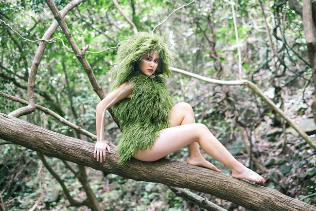 Hoàng Thùy Linh vừa tái xuất làng nhạc sau 2 năm với MV Fall in lovelấybối cảnh chínhtrongrừng. Diện trang phục mang phong cách hoang dã, Hoàng Thùy Linh lộ đôi chân không mấy thon thả nhưng tổng thể hình ảnh vẫn toát lên vẻ sexy.