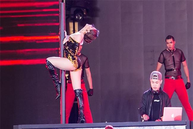 Bên cạnh trang phục, Hoàng Thùy Linh cũng rất tự tin khoe vũ đạonóng bỏng.