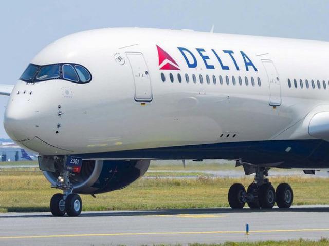 Tiếp viên hàng không Mỹ bị tố quan hệ với sao phim khiêu dâm trên máy bay