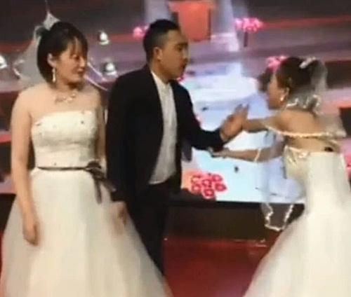 Cả hôn trường sốc khi bạn gái cũ chú rể mặc váy cưới lên cướp rể - 1
