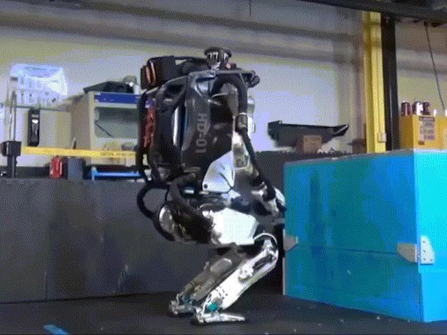 Robot chạy nhảy vượt chướng ngại vật, nhào lộn như người