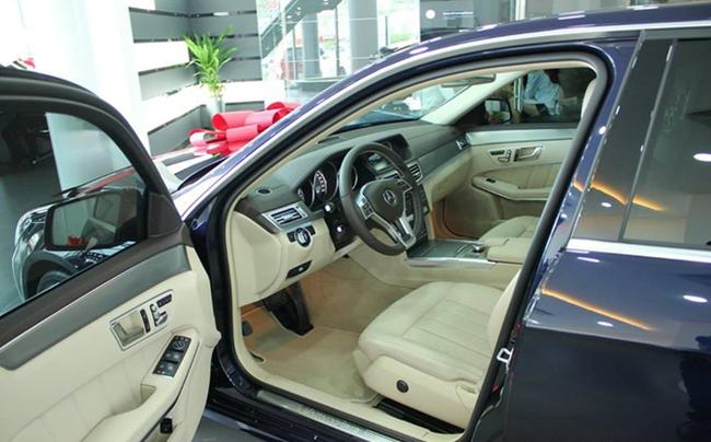 Chiếc Mercedes-Benz E200 của Hoa hậu Việt Nam 2014 sở hữu ngoại thất màu xanh Canvasite, nội thất hiện đại, sang trọng với ghế bọc da.