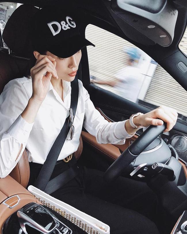 Gia đình cô mua chiếc xế hộp này từ năm 2015 tại Hà Nội. Để thuận tiện cho công việc, người đẹp Nam Định và mẹ quyết định chuyển xe vào Sài Gòn.