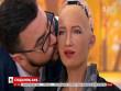"""Video: Robot Sophia cho phép """"bạn trai"""" thơm má trên sóng truyền hình"""