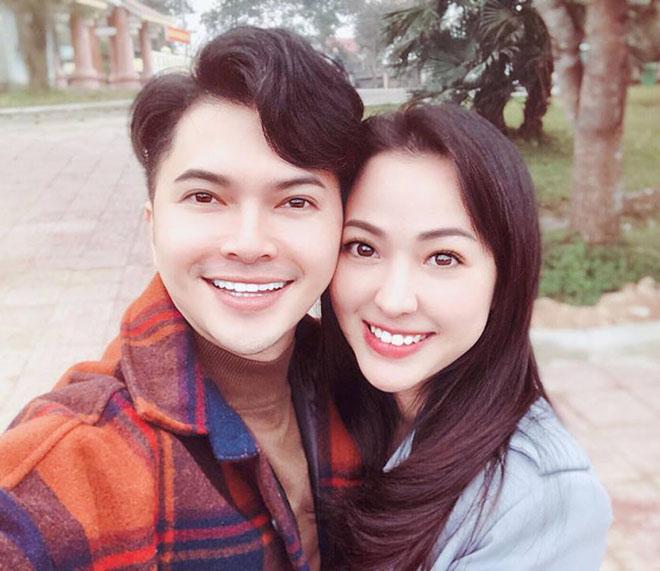 Mẹ Nam Cường cùng con trai đi mua quà cho con dâu ngày 20.10 - 1