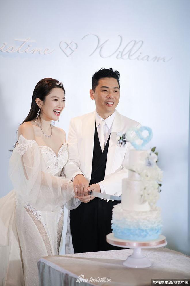 """""""Hoa hậu ân ái trong ô tô"""" cưới đại gia Hong Kong, khoe nhẫn kim cương 5 tỷ - 1"""