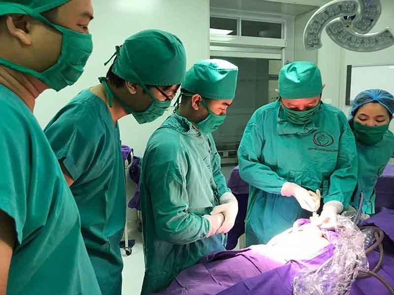 Phẫu thuật cắt u quái cho bé 1 ngày tuổi - 1