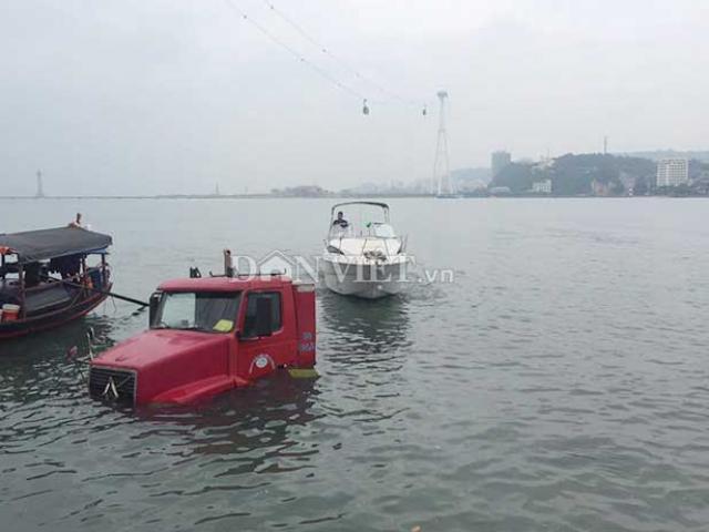 Hy hữu: Giải cứu xe container rơi xuống Vịnh Hạ Long