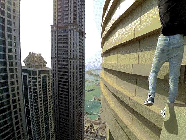 """""""Người nhện"""" liều mạng leo trèo tòa nhà 280m không đồ bảo hộ"""