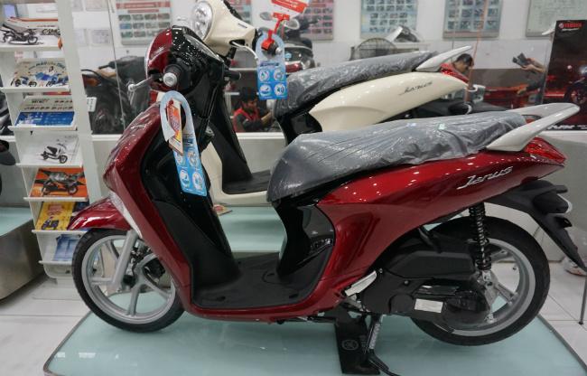 Ở phân khúc xe tay ga phổ thông, phân khối nhỏ hiện nay, Yamaha Janus là một ngôi sao sáng giá xứng tầm là đối thủ của mẫu xe ga ăn khách nhất Honda Vision. Ảnh Yamaha Janus mới bản màu đỏ tại một đại lý bán lẻ của Yamaha ở Hà Nội.