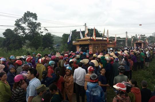 Cơn mưa bất chợt đổ xuống đám tang 4 người một gia đình tử vong - 1