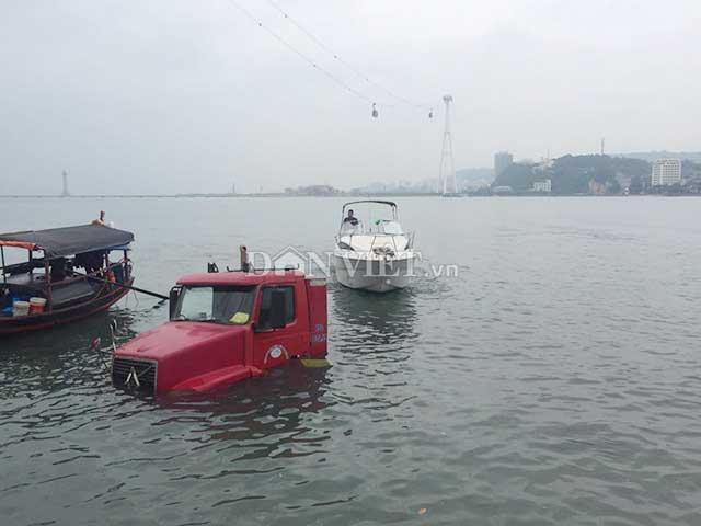 Hy hữu: Giải cứu xe container rơi xuống Vịnh Hạ Long - 1