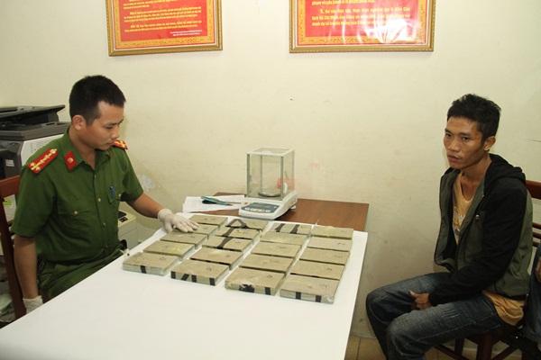 Nam thanh niên người Mông khoác hai balo ma túy vào quán cơm - 1