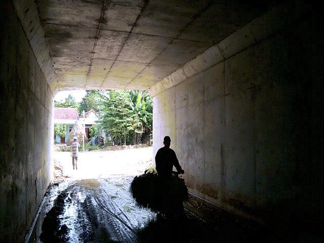 Hầm chui cao tốc Đà Nẵng-Quảng Ngãi: Người của nhà thầu bám phóng viên