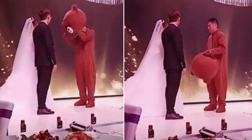 Đang cử hành hôn lễ, bạn trai cũ lên ôm chặt cô dâu khiến chú rể đứng hình - 1