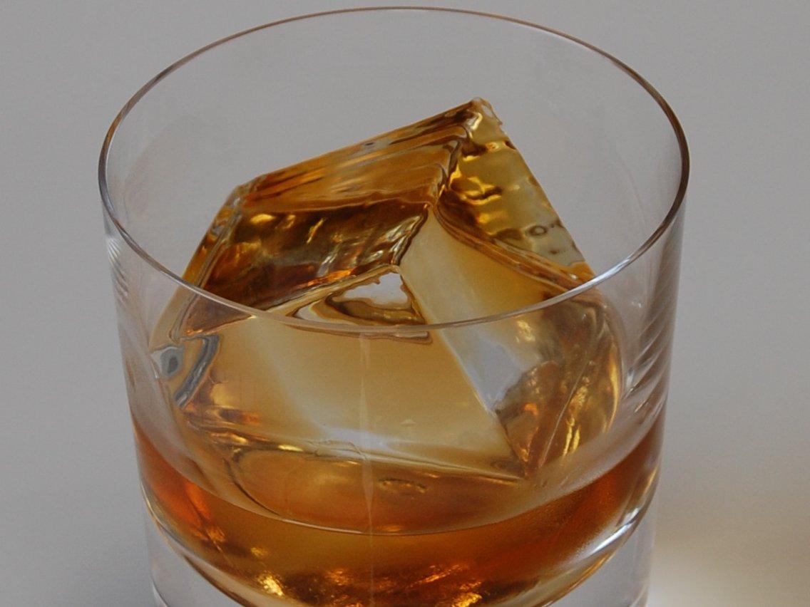 """Giới siêu giàu chi gần chục triệu mua đá lạnh """"sang chảnh"""" về uống rượu - 1"""