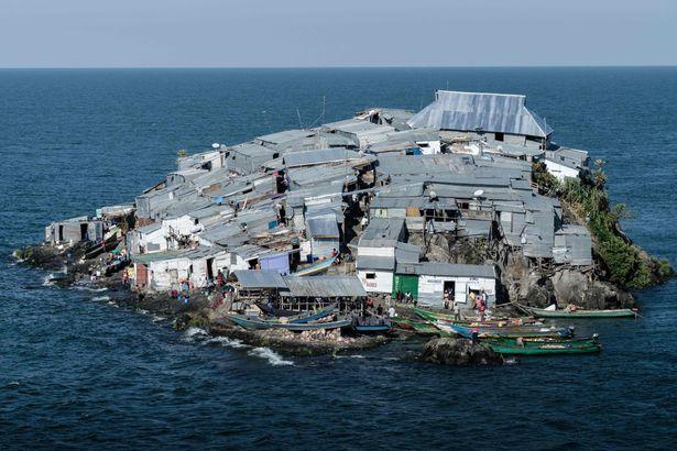 Cảnh kỳ lạ trên hòn đảo bé hơn sân bóng, 500 người sống ở châu Phi - 1