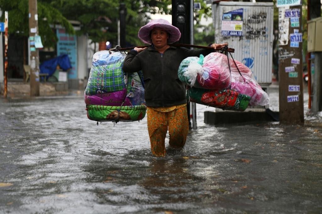 """Học sinh """"bơi"""" tại """"khu nhà giàu"""" ở Sài Gòn sau cơn mưa chớp mắt - 1"""