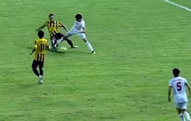 Cú sốc U19 châu Á: Cầu thủ Malaysia khiến chân đối thủ gãy đôi - 1