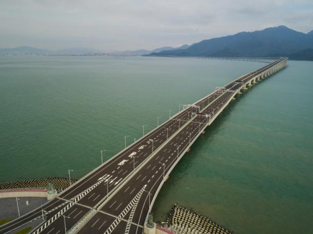"""Cầu vượt biển dài nhất thế giới ở Trung Quốc hứng """"bão"""" chỉ trích"""