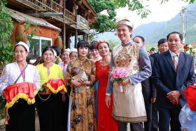 Cuối tuần qua, nam diễn viên, người mẫu Hà Việt Dũng đãtổ chức đám cưới với vợ trẻ xinh đẹp Hà Nhung. Thông tin vềcô dâu ngay lập tứctrở thành chủ đề quan tâm của khán giả, bởi trước đó, cặp đôi chưa từng chia sẻ về chuyện yêu đương.
