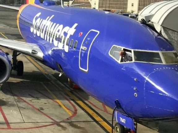 Mỹ: Đang ngủ trên máy bay thì thấy có bàn tay lông lá thò lên sờ ngực - 1